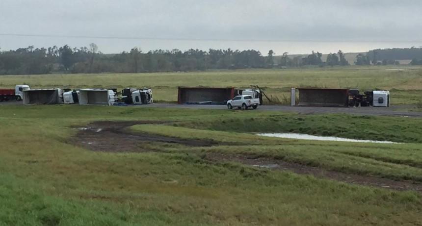 Azul: Un tornado volcó camiones y postes de luz sobre la Ruta 3