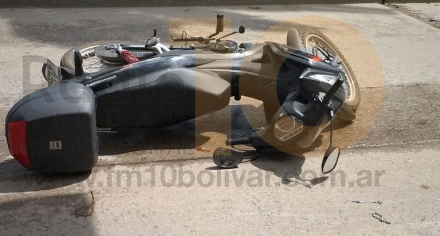 Una motociclista cayo a la cinta asfáltica tras perder el control de su vehículo