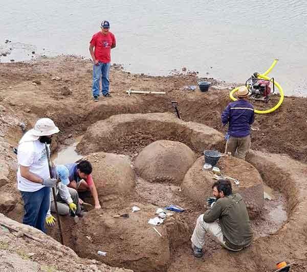 Docentes de Sociales e investigadores del INCUAPA trabajan en la extracción de cuatro gliptodontes