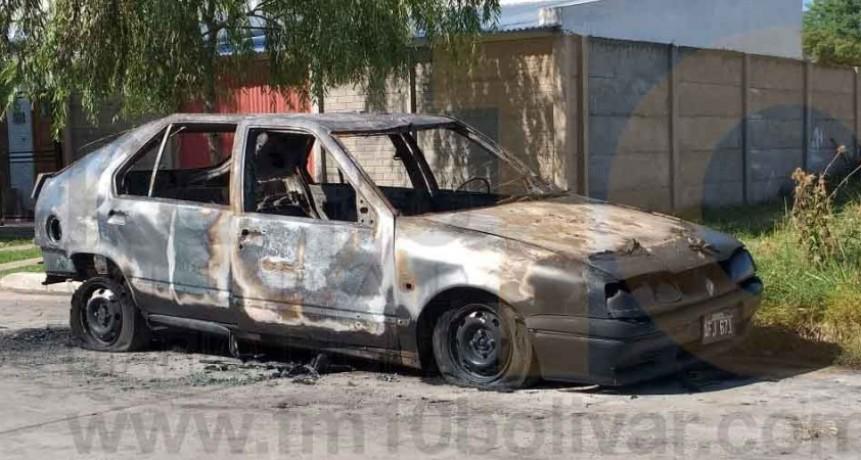 Incendio y destrucción total de un auto