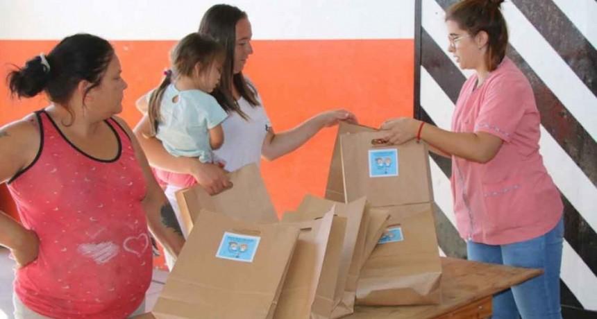 Comenzó la entrega de kits escolares en Barrio Colombo para el inicio del ciclo lectivo
