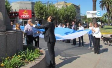 Nueva bandera en el mástil en un nuevo aniversario de Bolívar