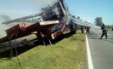 Ruta 5: Se incendió un carretón con una cosechadora en cercanías de Nueve de Julio