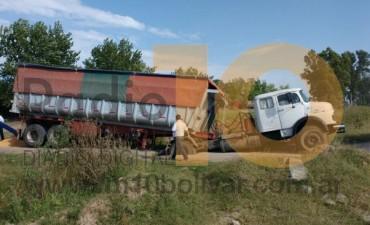Barrio Parque: Un camión cargado cayó en la rotura de una alcantarilla