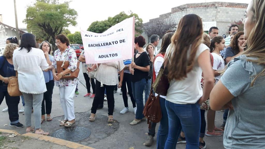 Docentes, alumnos, exalumnos, dirigentes políticos 'abrazaron' la escuela 2
