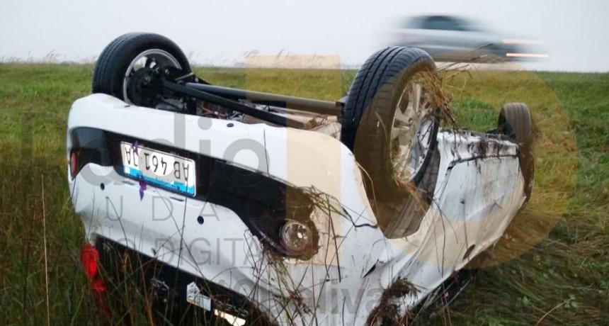 Despiste y vuelco en ruta 226 km 425; una mujer fue derivada al hospital con lesiones leves