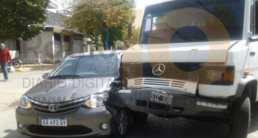 Violento impacto en Av. San Martín y calle Viamonte involucró a un automóvil y un camión