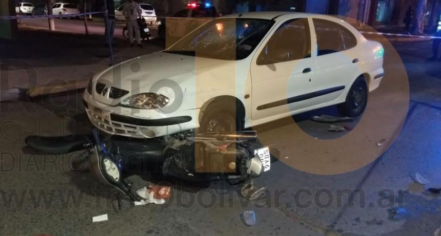 Violento impacto entre un auto y una moto se produjo en Necochea y San Martín
