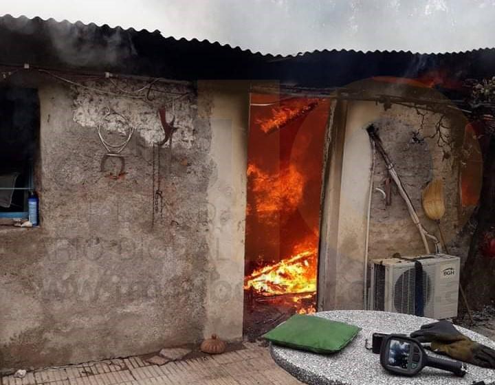Espigas: Una vivienda resultó con daños totales tras un voraz incendio