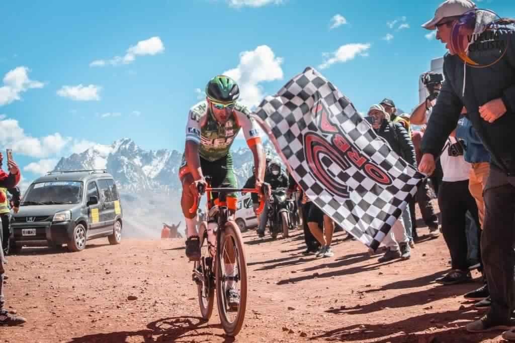 Juan Pablo Dotti en la cima, lidera la general y este domingo se define la Vuelta de Mendoza