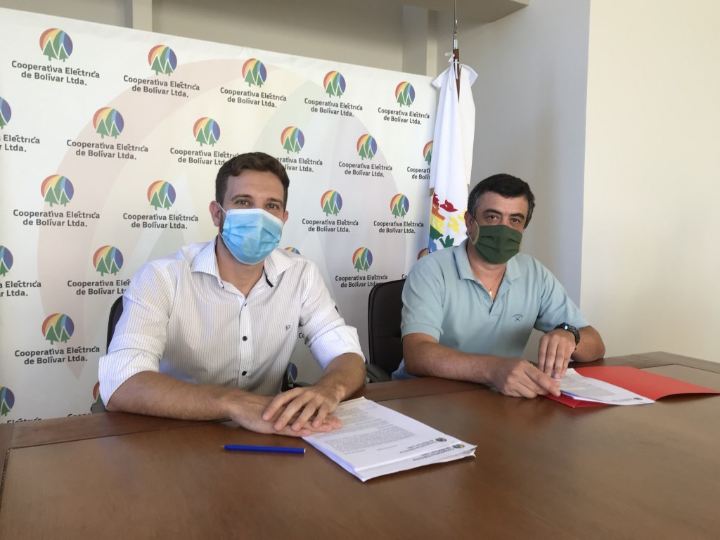 Firma de convenio entre la Laguna San Luis y la Cooperativa para mejor servicio eléctrico