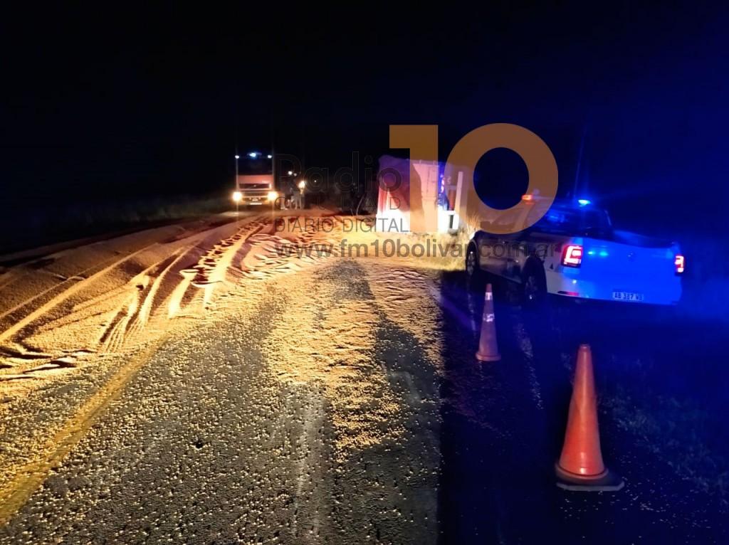 Ruta 226: Un camión rozó a un vehículo, volcó su acoplado y perdió parte de su carga