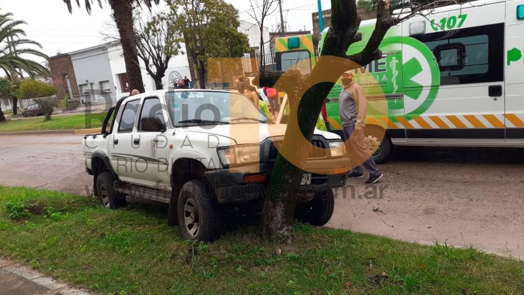 Un conductor habría sufrido un episodio de salud y terminó impactando contra un árbol