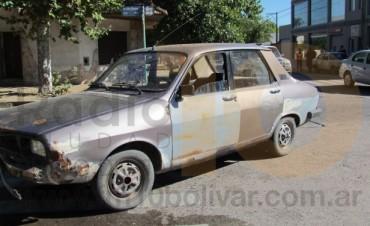 Un Renault 12 embistió a un Dodge Volkswagen 1500 que estaba estacionado