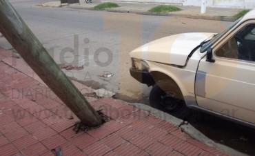 Un Fiat 147 chocó y derribó un poste de telefonía