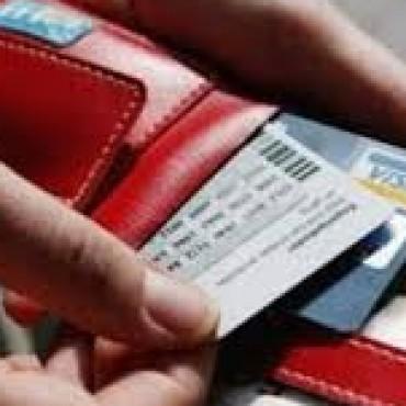 Olvidó su tarjeta de crédito en un comercio y quien la encontró comenzó a comprar a su nombre