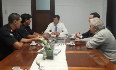 Bucca entregó el primer aporte a Bomberos Voluntarios de Bolívar