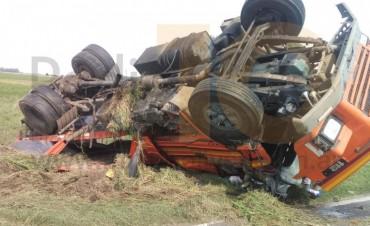 Impactante vuelo de un camión en Ruta Provincial 65