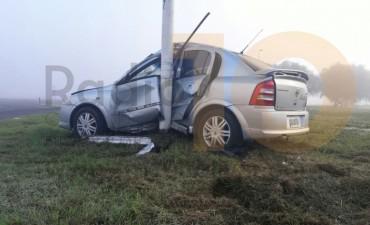 Impactante accidente: Un auto se incrustó en una columna de luz de la rotonda 226 y 65