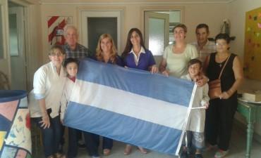 El grupo 'Bicicleteada Peregrinación a Luján' hicieron entrega de una bandera nacional de ceremonia a la Escuela Nº501