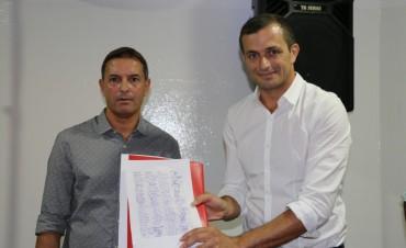 """El Intendente firmó la  cesión de un predio para el Club Casariego que llevará el nombre """"2 de Abril"""""""
