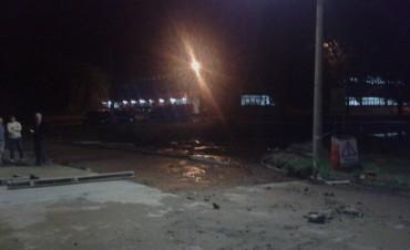 Un auto cayó al badén de la avenida Centenario