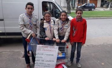 'Grupo Scout' se encuentra en la puerta de la Cooperativa Obrera recolectando elementos para los inundados