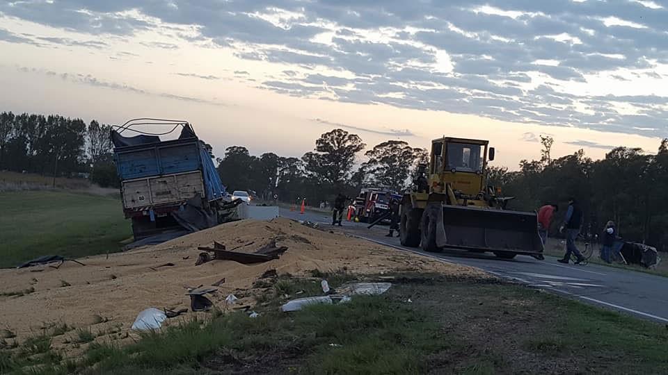 Daireaux: Un joven perdió la vida en un choque de camiones, un camionero de Bolívar está internado con lesiones