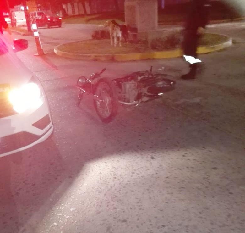 Evalúan el traslado del joven accidentado en la noche del viernes, frente a la Sociedad Rural