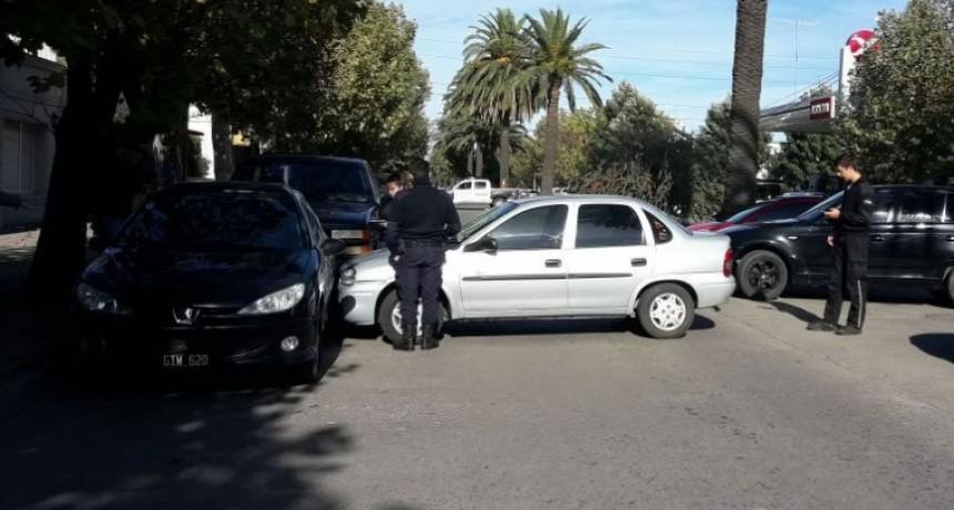 Un auto estacionado en la entre rambla se desplazó e impactó contra otro