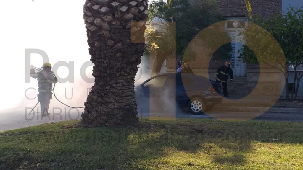 Voraz incendio de un vehículo en Av. 25 de Mayo y calle Roca