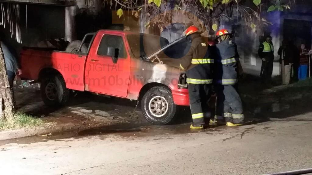 Urgente: Se incendió una camioneta en el interior del garage, no hubo personas afectadas