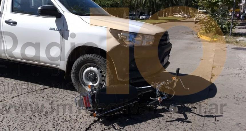 Una joven fue derivada al hospital a modo preventivo luego de un impacto entre una camioneta y una moto