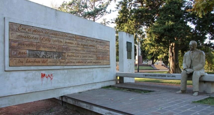 El municipio repudia el acto de vandalismo al monumento del ex presidente Raúl Alfonsín