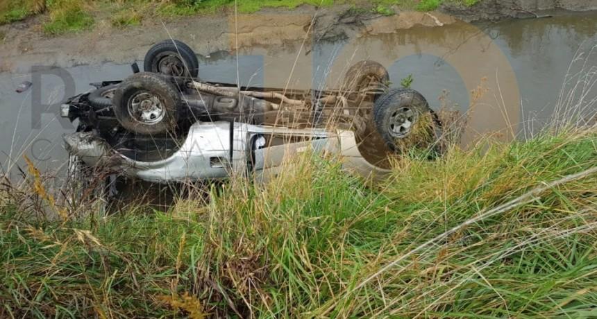 Perdió el control de su vehículo, volcó y terminó adentro del canal