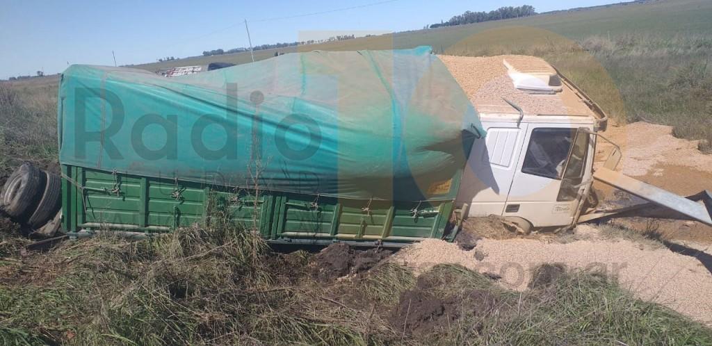 Vuelco de un camión en Ruta 226 km 371; el chofer resultó sin lesiones (audio y video)