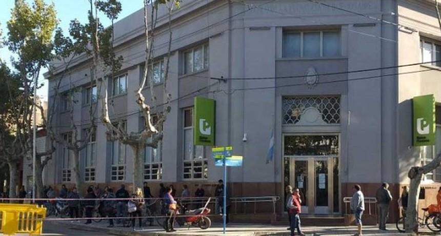 Una imagen que se esperaba; largas filas en las entidades bancarias de la ciudad