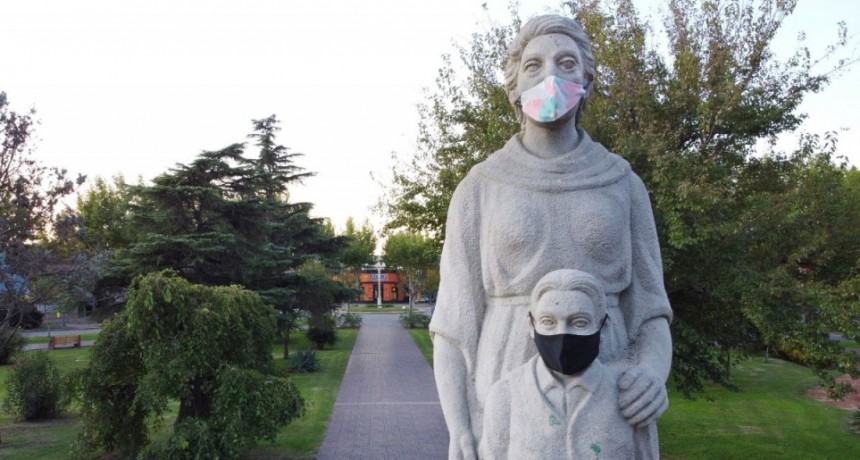 Estatuas y monumentos de la ciudad amanecieron con barbijos caseros