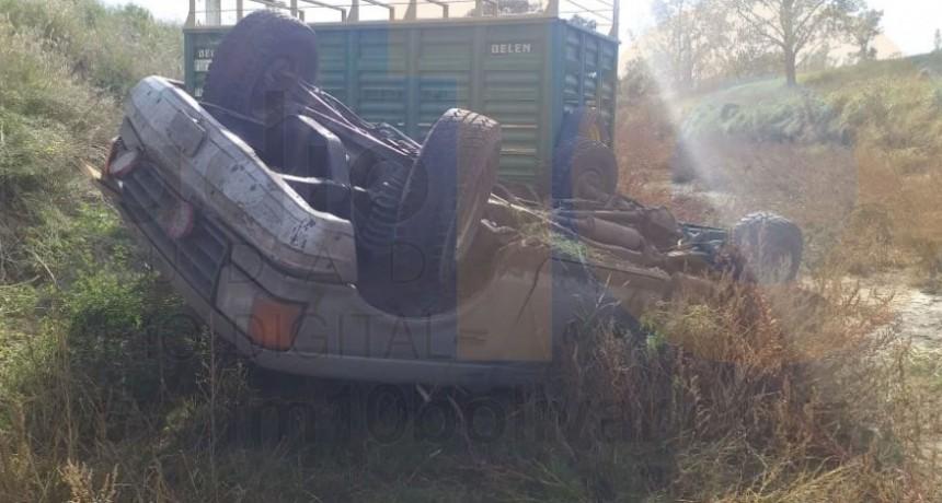 Despiste y vuelco en Ruta 65; el conductor logró salir del vehículo por sus propios medios