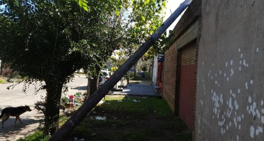 Bomberos acudió al retiro de un poste que se encontraba sobre una vivienda
