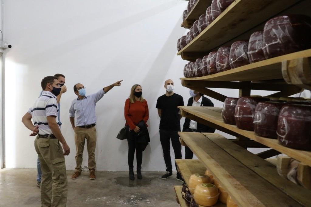 Producción: El Intendente Pisano y funcionarios Provinciales recorrieron la fábrica agropecuaria 'El Desafío'