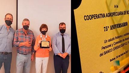 El Banco Credicoop le entregó una placa a la Cooperativa Agropecuaria