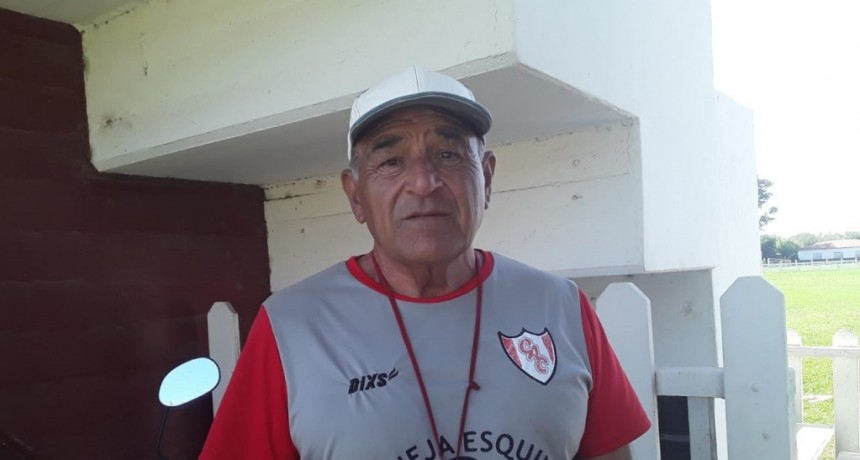 """Julio Losada: """"Las chicas son jóvenes, pero son grandes para el fútbol, cuesta mucho enseñarles, pero es bueno que se sumen para armar equipos y crear competencia interna"""""""