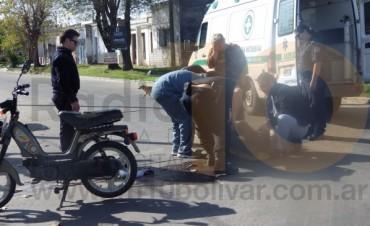 Un hombre terminó con una fuerte contusión en su cabeza tras embestir con su moto a un perro