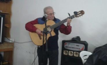 Oscar Cardoso se reencontró con su gente, guitarreando en una gran peña