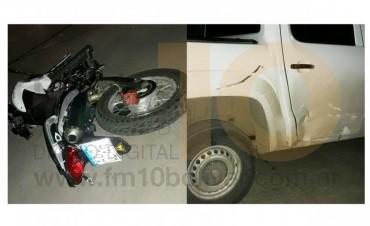 Impacto entre camioneta y moto: un joven hospitalizado