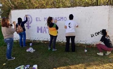 EL MACHISMO MATA: Los/as militantes de 'La Cámpora Bolívar' realizaron un mural contra la violencia machista en una esquina del expeladero López