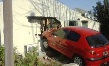 HENDERSON: Un vehículo terminó incrustado en una casa