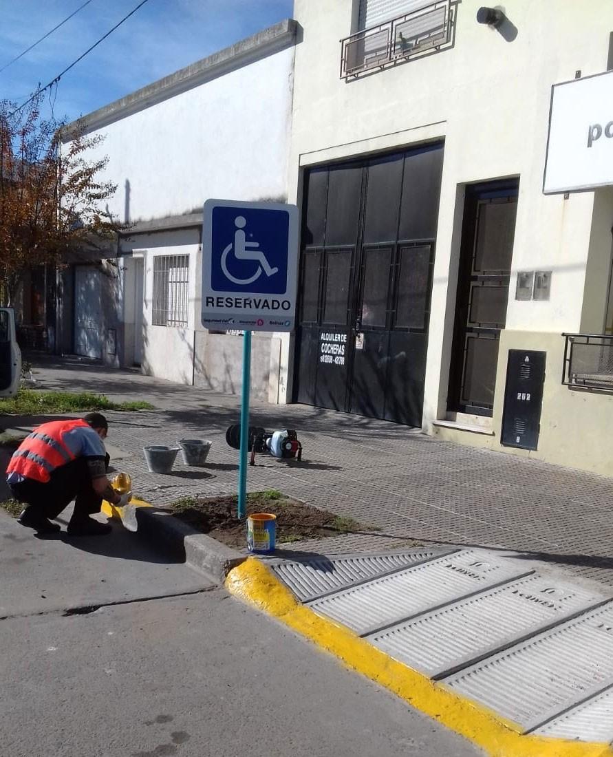 Se están colocando rampas de accesibilidad en edificios públicos