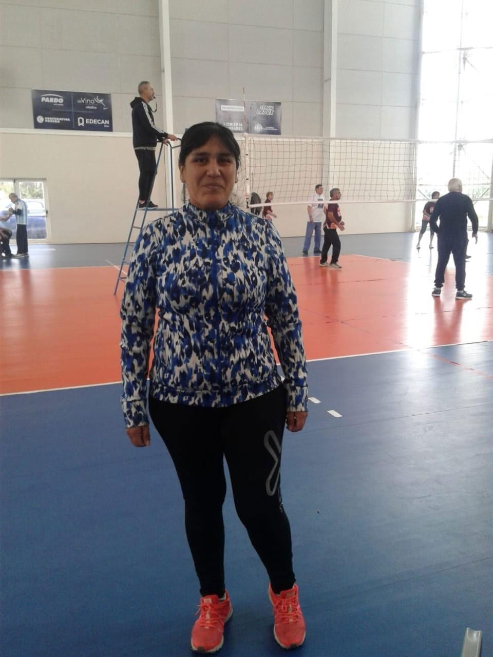 New Com: Una bolivarense es arbitro de vóley adaptado para adultos